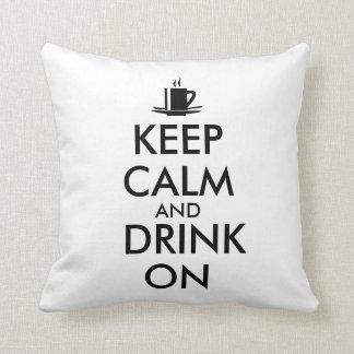 Guarde la calma y beba en personalizable del té almohadas