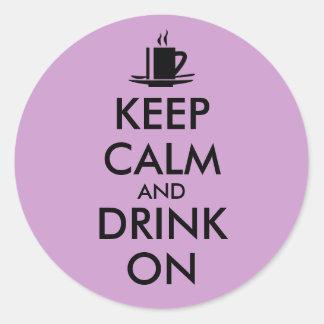 Guarde la calma y beba en personalizable del té pegatina redonda