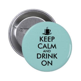 Guarde la calma y beba en personalizable del té pin redondo de 2 pulgadas