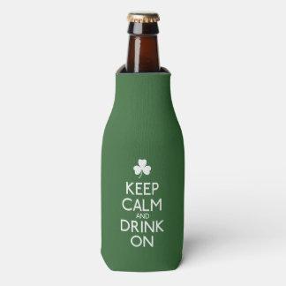 Guarde la calma y beba en trébol irlandés enfriador de botellas