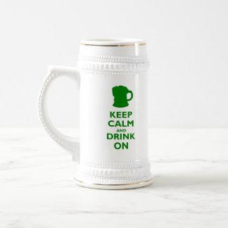 Guarde la calma y beba encendido jarra de cerveza