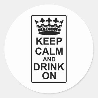 Guarde la calma y beba encendido - la parodia pegatina redonda