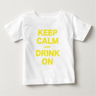 Guarde la calma y beba encendido playera para bebé