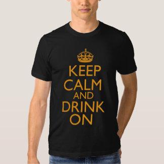 Guarde la calma y beba encendido poleras