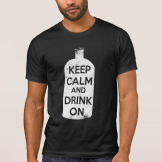 Guarde la calma y beba encendido remeras