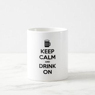 Guarde la calma y beba encendido taza