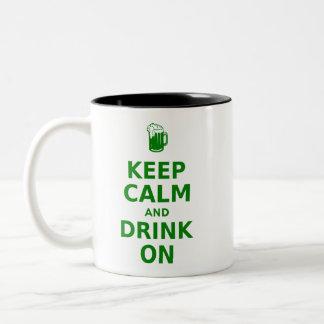 Guarde la calma y beba encendido taza de dos tonos