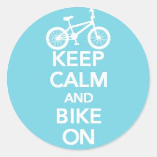 Guarde la calma y Bike en el pegatina redondo