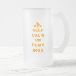 Guarde la calma y bombee el hierro taza de café