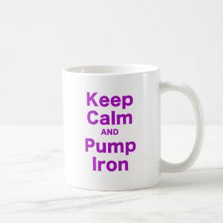 Guarde la calma y bombee el hierro tazas de café
