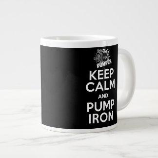 Guarde la calma y bombee la taza de café del hierr taza extra grande