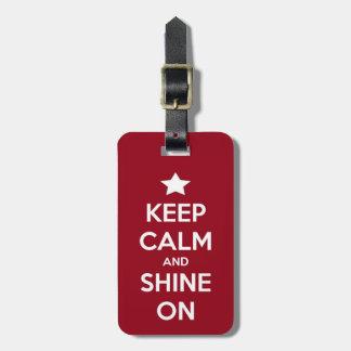 Guarde la calma y brille en rojo etiquetas de maletas