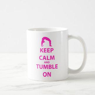 Guarde la calma y caiga encendido taza de café