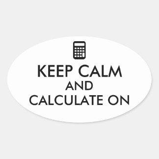 Guarde la calma y calcule en personalizado de la pegatina ovalada