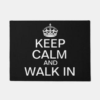 Guarde la calma y camine adentro