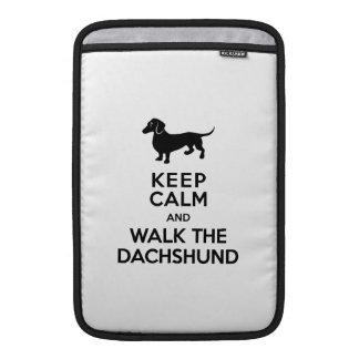 Guarde la calma y camine el Dachshund - Doxie Funda Para Macbook Air
