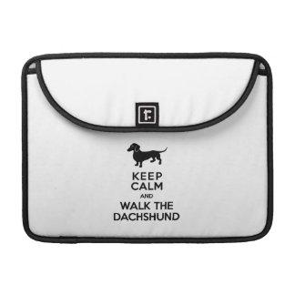 Guarde la calma y camine el Dachshund - Doxie Funda Macbook Pro