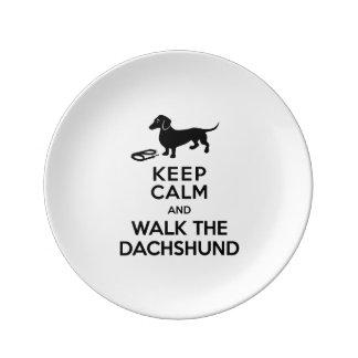 Guarde la calma y camine el Dachshund - Doxie Plato De Cerámica