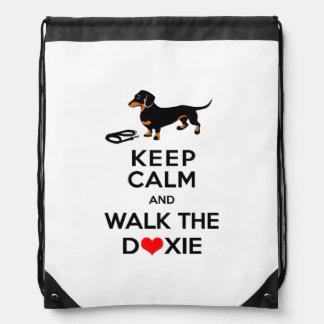 Guarde la calma y camine el Doxie - Dachshund Mochilas