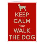 Guarde la calma y camine el perro tarjeta