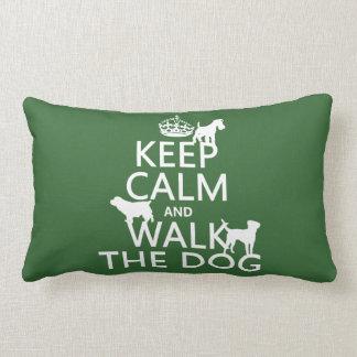 Guarde la calma y camine el perro - todos los colo cojines