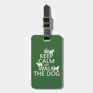 Guarde la calma y camine el perro - todos los colo etiqueta de equipaje