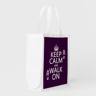 Guarde la calma y camine en (cualquier color de bolsas reutilizables