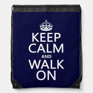 Guarde la calma y camine en (cualquier color de mochila