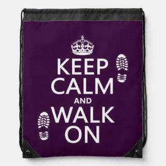 Guarde la calma y camine en (cualquier color de mochilas