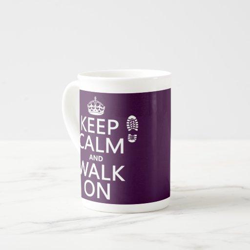 Guarde la calma y camine en (cualquier color de taza de porcelana