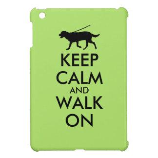 Guarde la calma y camine en el perro Labrador que