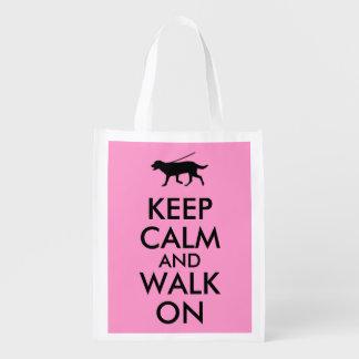 Guarde la calma y camine en el perro Labrador que Bolsas De La Compra