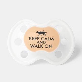 Guarde la calma y camine en el perro Labrador que Chupetes Para Bebés