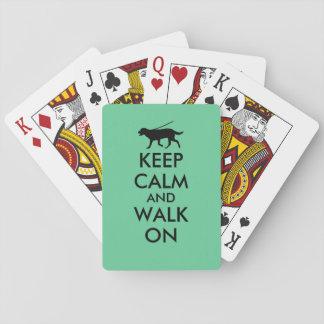 Guarde la calma y camine en el perro Labrador que Baraja De Cartas