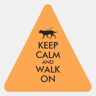 Guarde la calma y camine en el perro Labrador que Pegatina Triangular