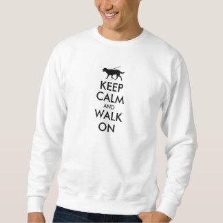 Guarde la calma y camine en el perro Labrador que Sudadera