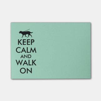 Guarde la calma y camine en la libreta que camina notas post-it®