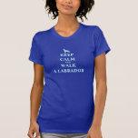 Guarde la calma y camine una camiseta para mujer