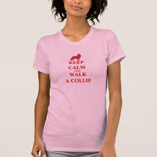 Guarde la calma y camine una camiseta para mujer d playera
