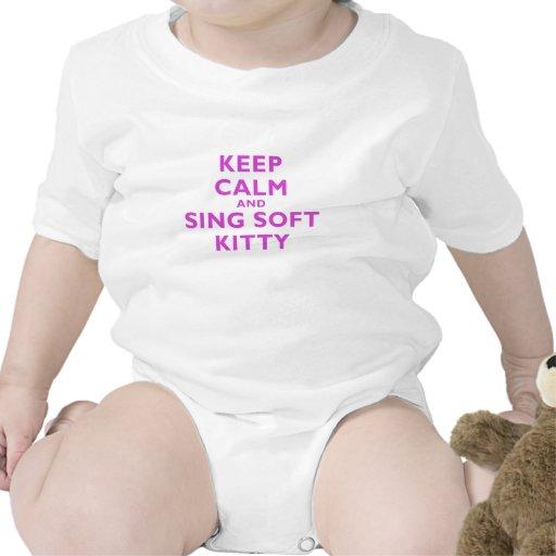Guarde la calma y cante el gatito suave trajes de bebé