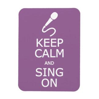 Guarde la calma y cante en el imán de encargo del