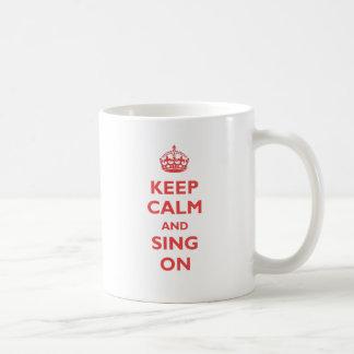 Guarde la calma y cante en (el rojo) taza