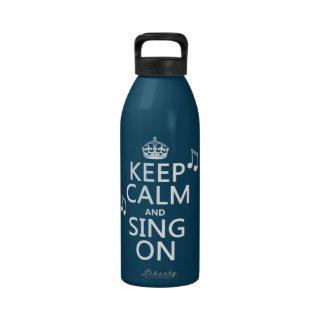 Guarde la calma y cante encendido - todos los colo botellas de agua reutilizables
