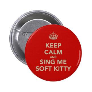 Guarde la calma y cánteme el gatito suave pin redondo de 2 pulgadas