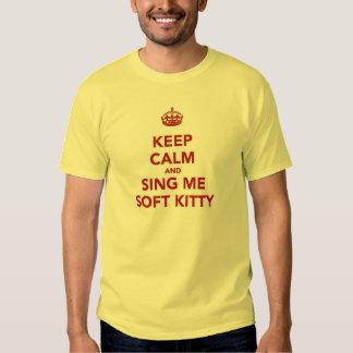 Guarde la calma y cánteme el gatito suave remeras