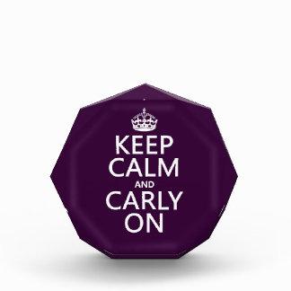 Guarde la calma y Carly en (cualquier color de fon