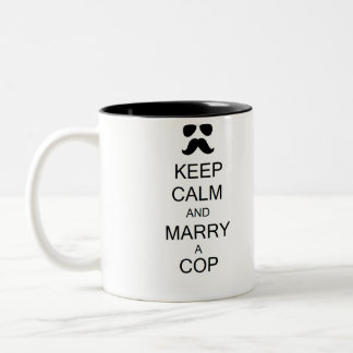 Guarde la calma y case una taza del poli