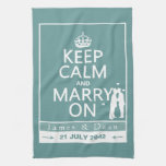Guarde la calma y cásese en el boda gay toalla de mano