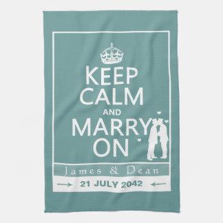 Guarde la calma y cásese en el boda gay toallas de mano