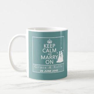 Guarde la calma y cásese en el boda lesbiano taza